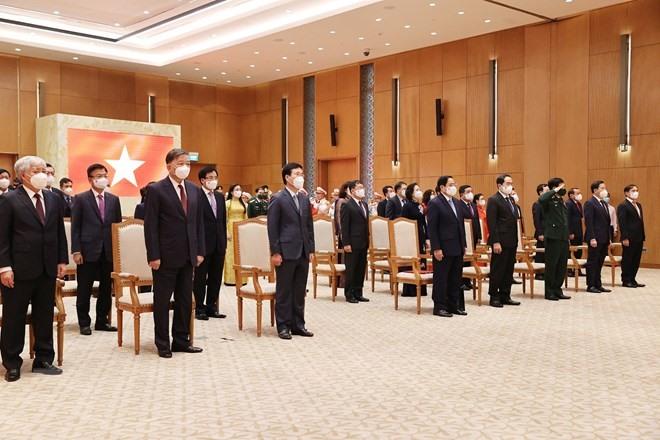 Đại biểu thực hiện nghi lễ chào cờ tại lễ kỷ niệm. Ảnh: TTXVN