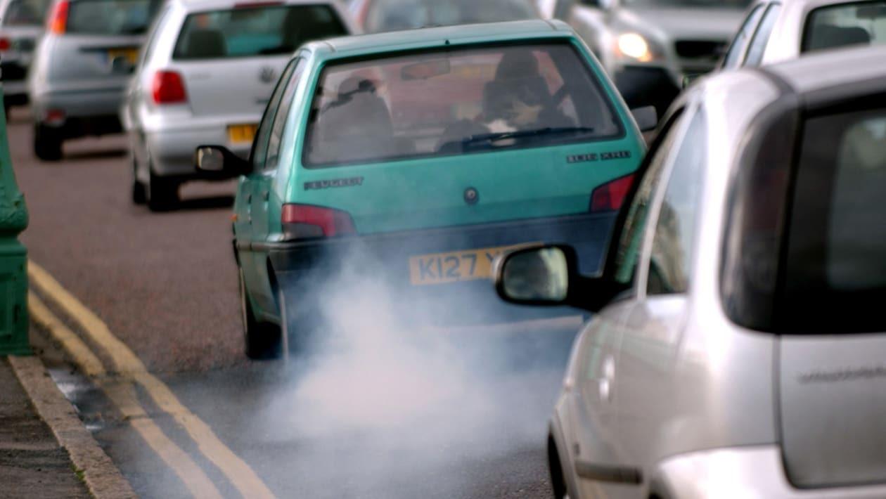 Viêc sử dụng nhiên liệu xăng pha chì mang lại rủi ro cho sức khỏe con người và ô nhiễm môi trường. Ảnh:
