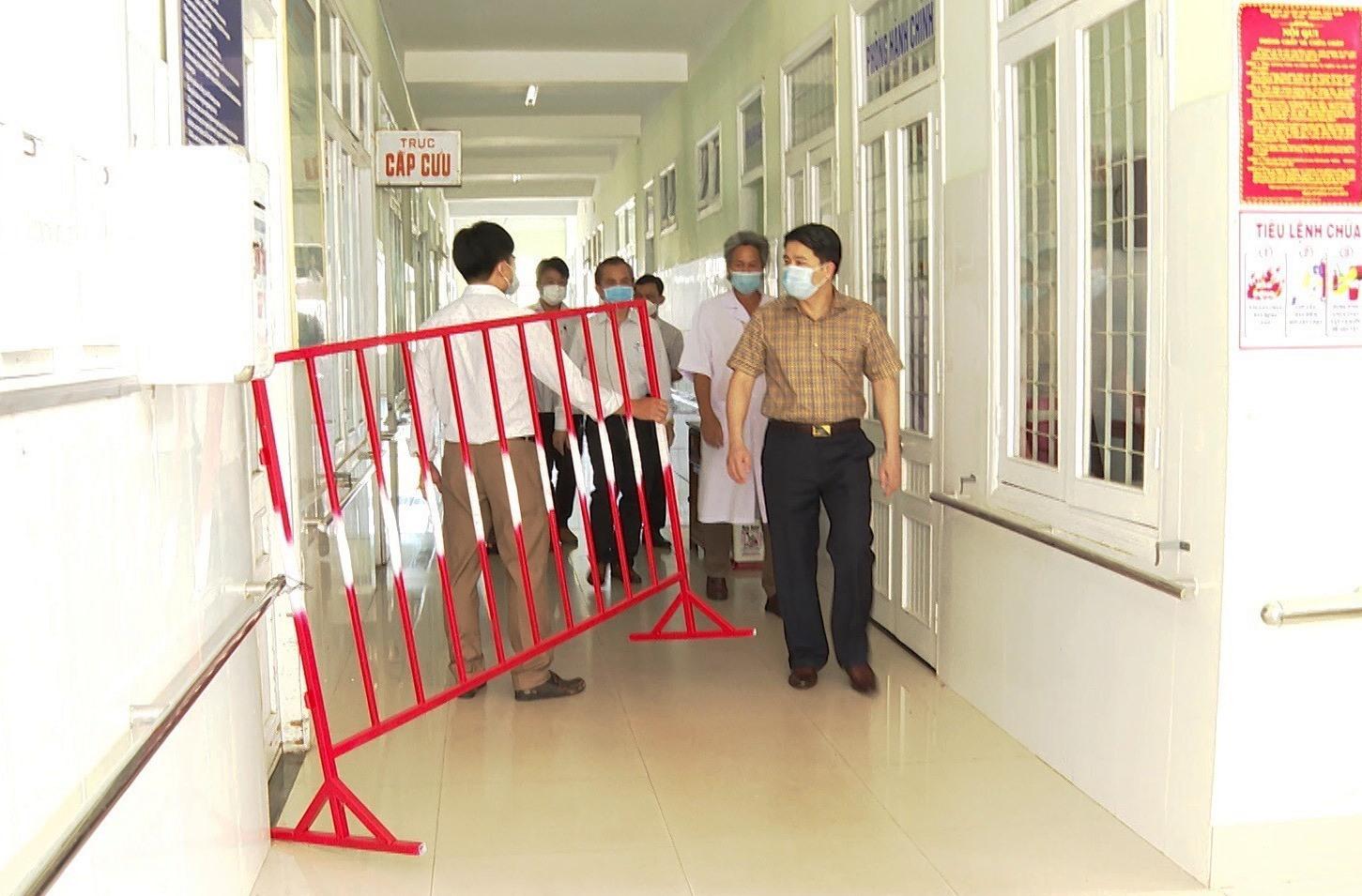 Đoàn công tác khảo sát các điều kiện về cơ sở vật chất tại Bệnh viện Dã chiến số 1. Ảnh: X.H