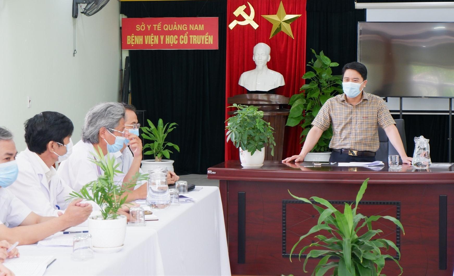 Phó Chủ tịch UBND tỉnh chủ trì cuộc làm việc tại Bệnh viện Dã chiến số 1 Quảng Nam. Ảnh: X.H