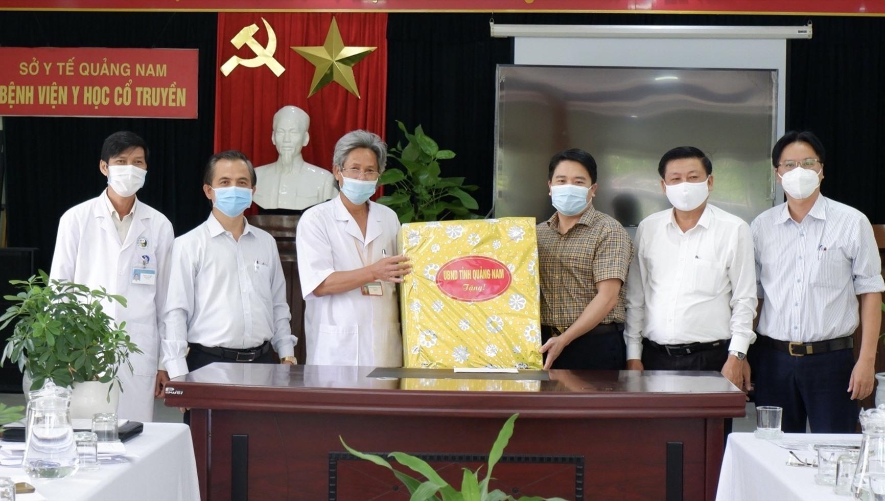 Phó Chủ tịch UBND tỉnh Trần Văn Tân động viên đội ngũ y bác sĩ làm việc tại BV hiện nay. Ảnh: X.H