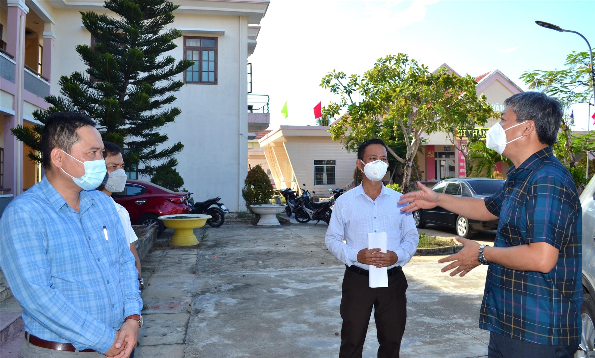 Phó Chủ tịch UBND tỉnh Hồ Quang Bửu yêu cầu các địa phương rà soát hộ gia đình nằm trong diện được hỗ trợ, lập danh sách, đề xuất UBND tỉnh hỗ trợ kinh phí xây dựng nhà phòng chống bão lũ. Ảnh: VIỆT NGUYỄN