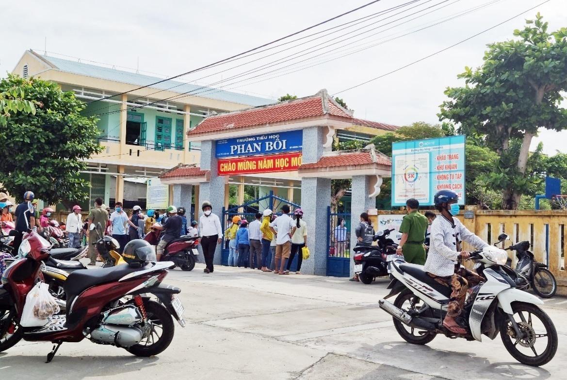 Một số trường học tại Điện Bàn tạm dừng việc đến trường để phục vụ truy vết, xét nghiệm. Ảnh: M.TẠO