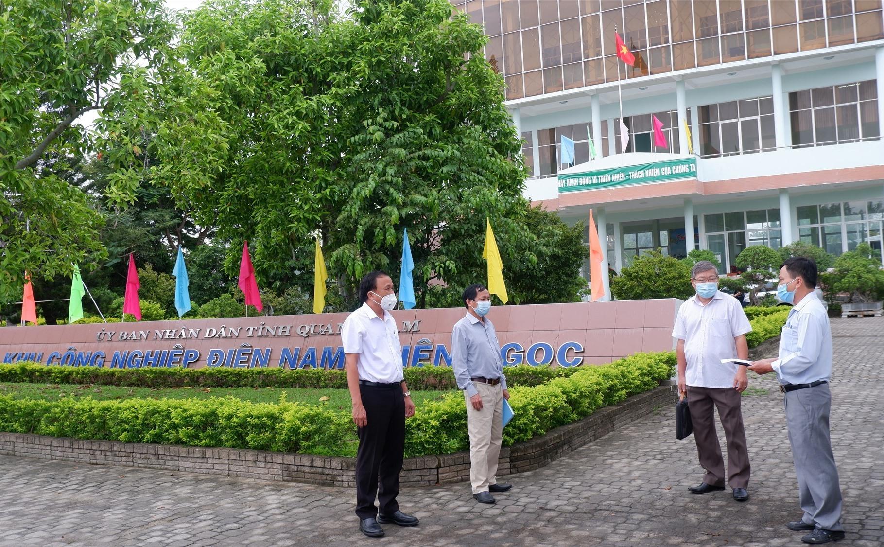 Đoàn Sở Y tế làm việc về công tác phòng chống dịch tại Khu Công nghiệp Điện Nam - Điện Ngọc vào sáng nay. Ảnh: X.H