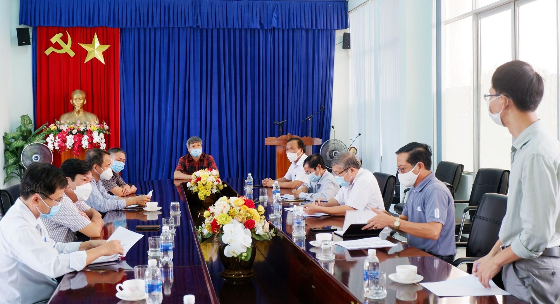 Phó Chủ tịch UBND tỉnh Hồ Quang Bửu làm việc với Khu Công nghiệp Điện Nam - Điện Ngọc về tình hình phòng chống dịch bệnh hiện tại. Ảnh: X.H