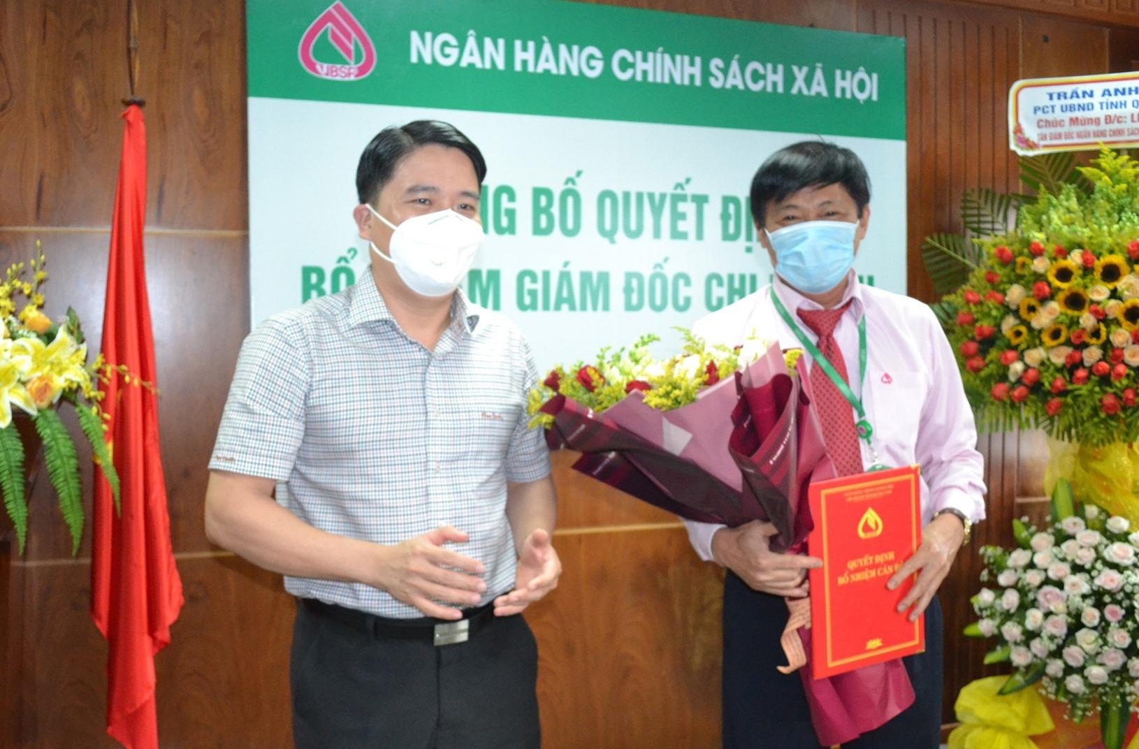 Phó Chủ tịch UBND tỉnh Trần Văn Tân trao quyết định bổ nhiệm Giám đốc Ngân hàng CSXH chi nhánh Quảng Nam cho ông Lê Hùng Lam. Ảnh: Q.VIỆT