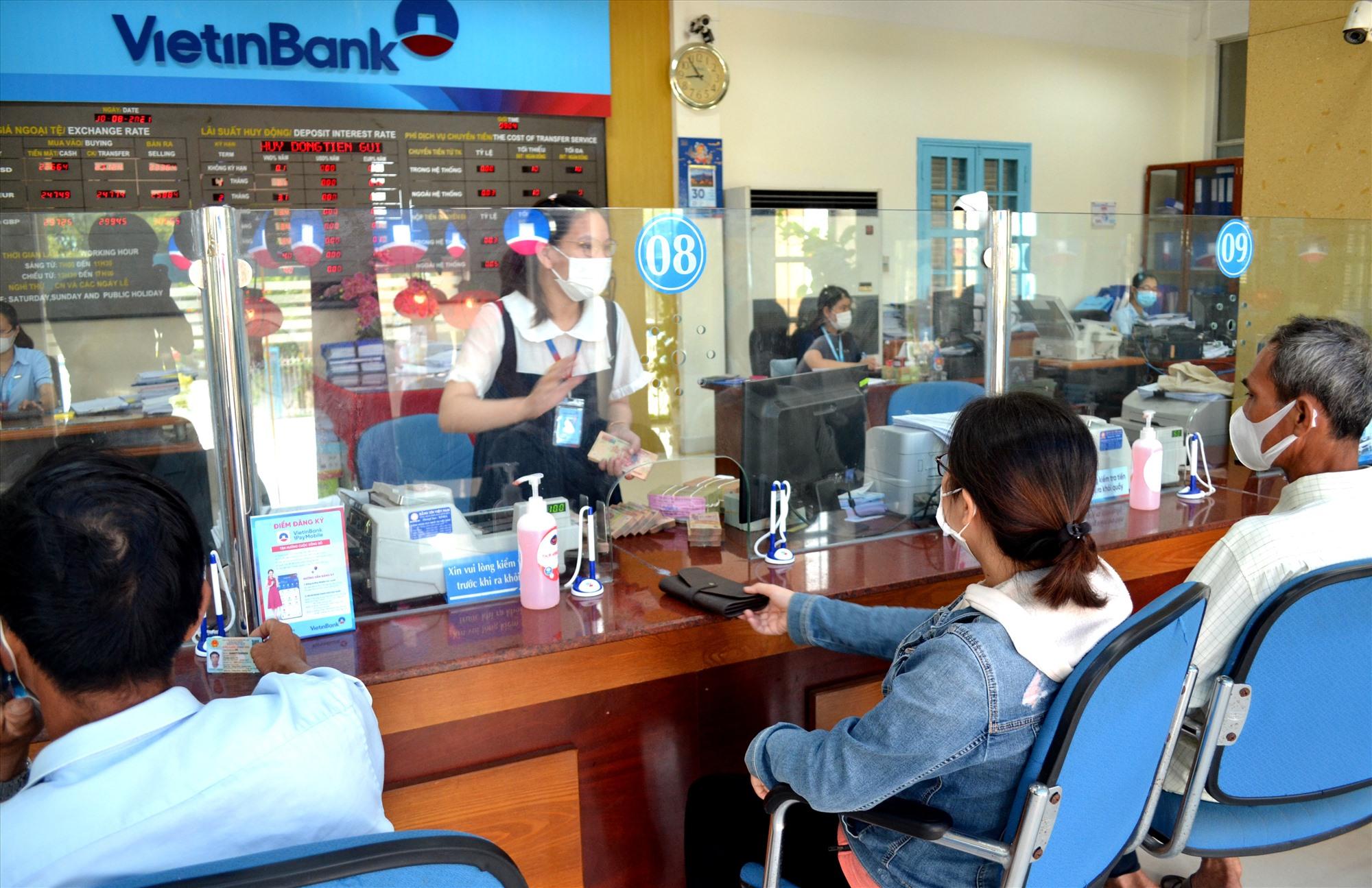 Khách hàng giao dịch tại VietinBank Quảng Nam. Ảnh: VIỆT NGUYỄN