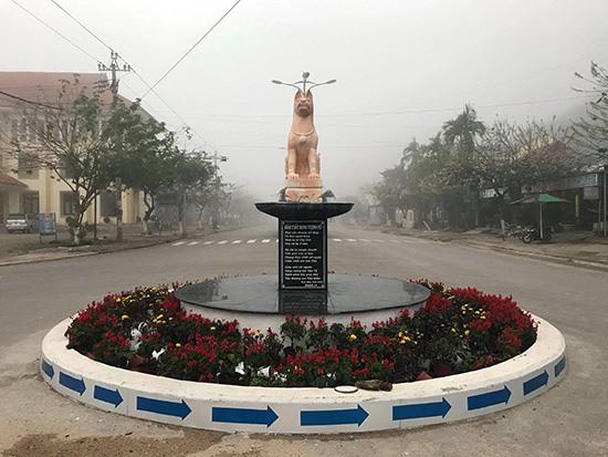 Tượng chó cùng bài thơ ở trung tâm huyện Tây Giang. (Ảnh chụp năm 2018)