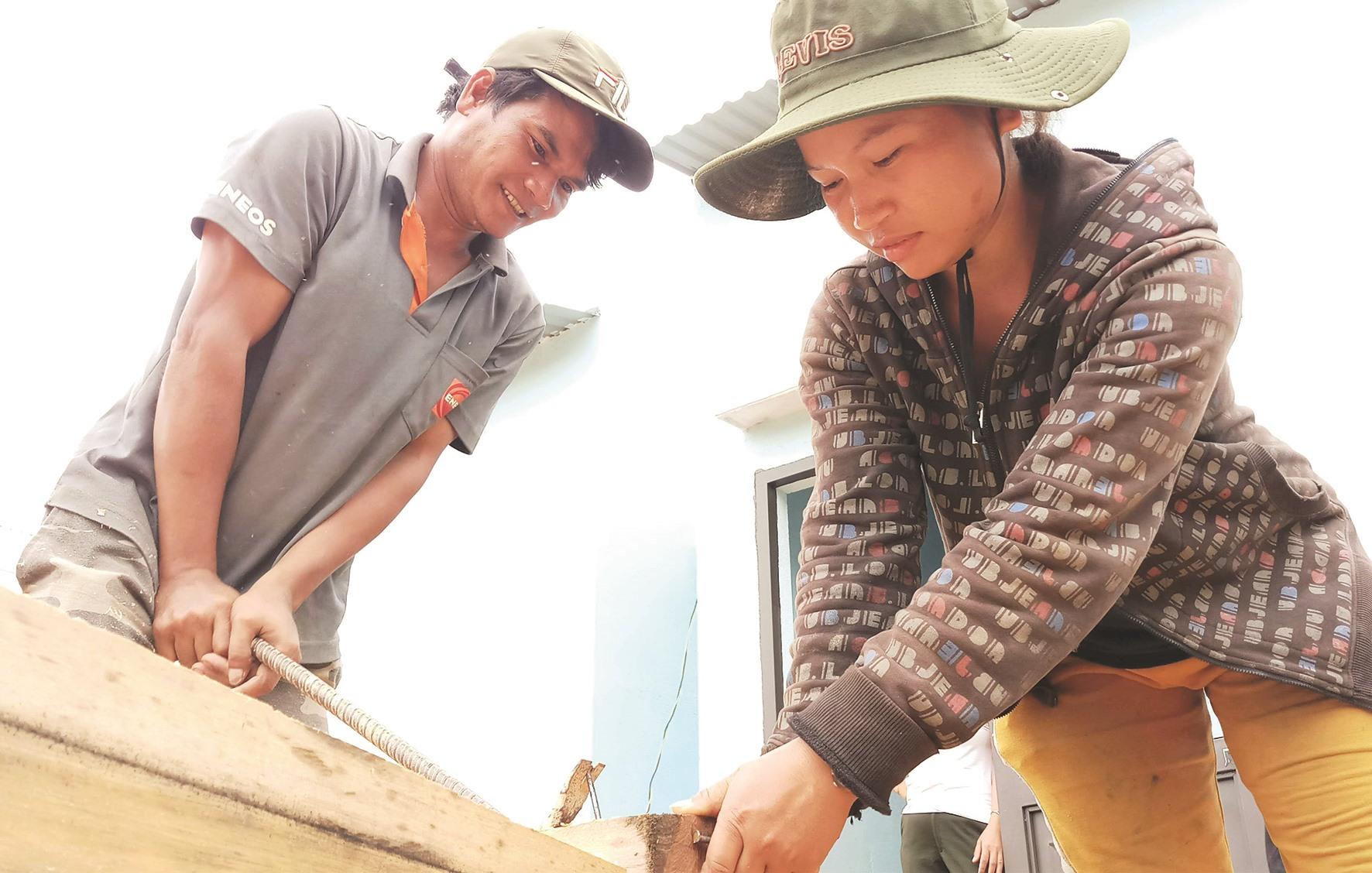 Không chỉ đàn ông, nhiều ngày qua, chị em phụ nữ Giẻ Triêng cũng tham gia dựng nhà, quét dọn vệ sinh môi trường...