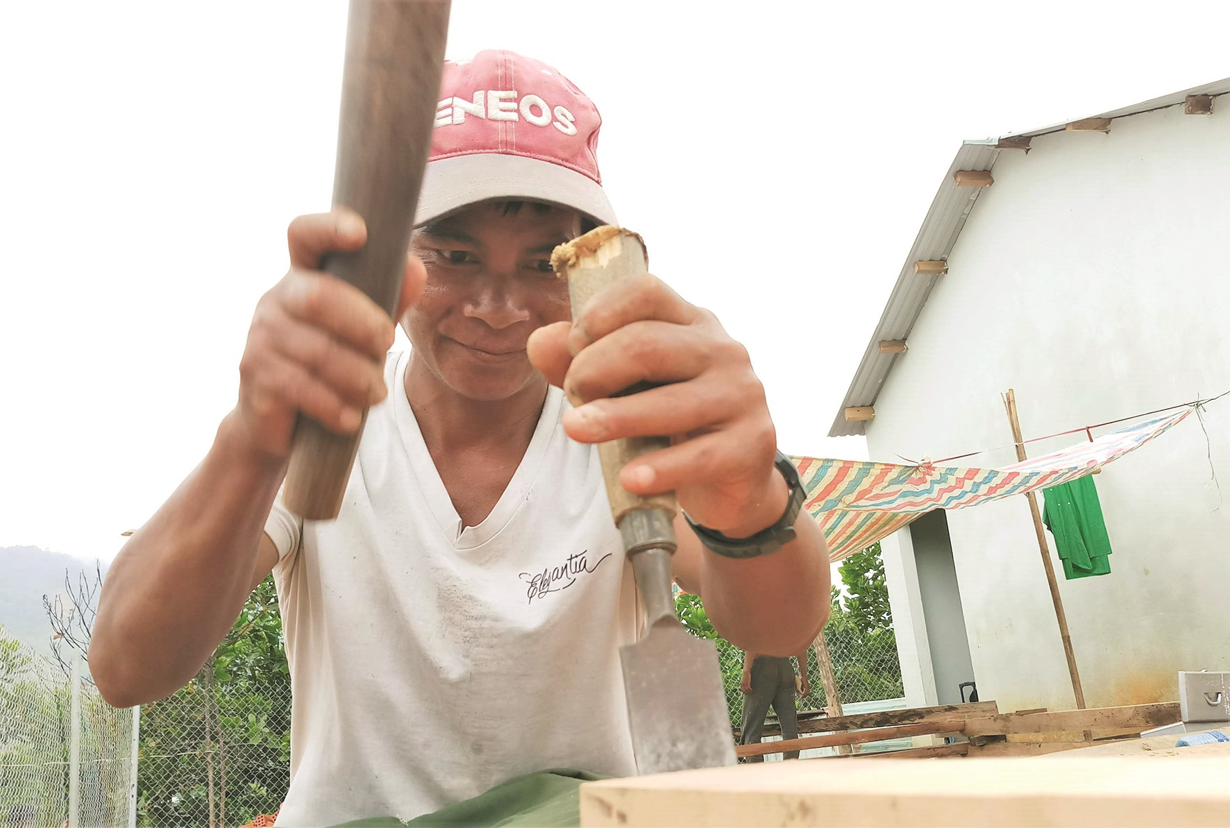 Những người thợ vùng cao góp sức cho những ngôi nhà mới.