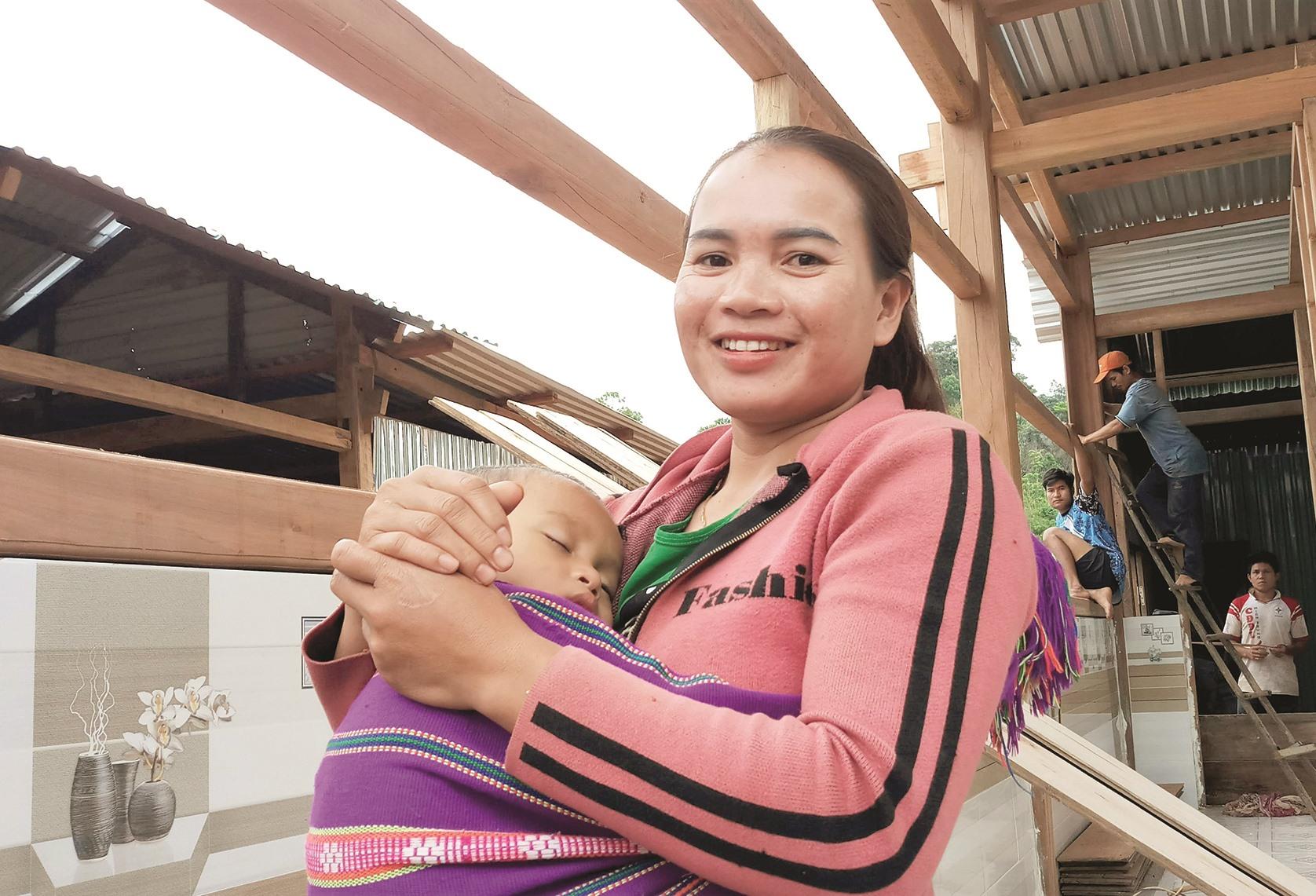 Chị Nguyễn Thị Tình nói, gần 1 năm ở tạm, mẹ con chị đều chờ mong đến ngày được dọn về sống trong căn nhà mới.