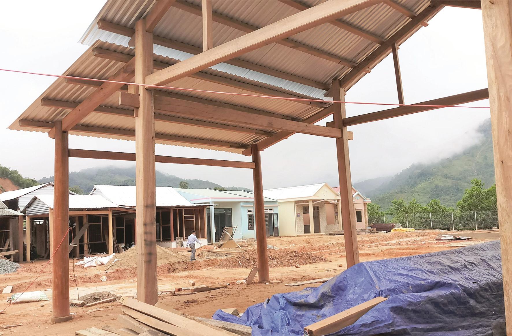 Những căn nhà đã được dựng, người Giẻ Triêng hối hả các bước hoàn thiện, chờ đến ngày dọn về ở, đảm bảo ổn định trước mùa mưa bão.