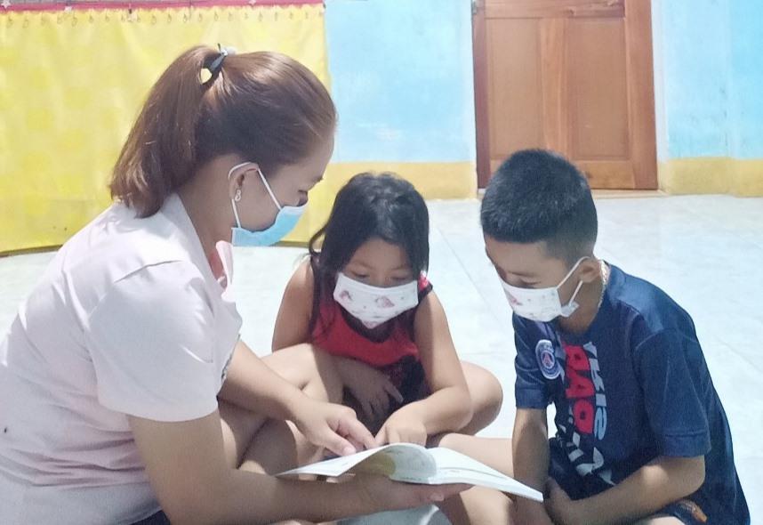 Chị Huỳnh Thị Hương đang ở quê cùng gia đình và đã có việc làm. Ảnh: D.L