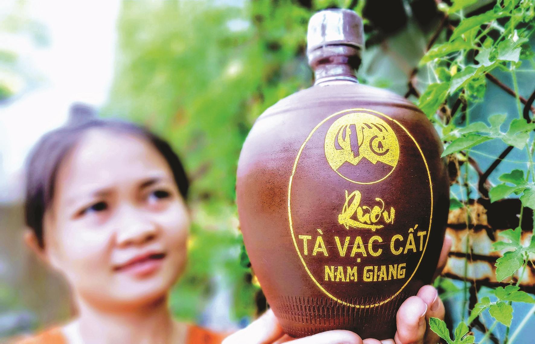 """Ngoài rượu tà vạc truyền thống, người vùng cao bắt đầu hình thành lạo sản phẩm """"rượu trời"""" theo công nghệ chưng cất hiện đại. Ảnh: Đ.N"""