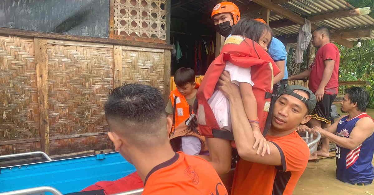 các nhân viên bảo vệ bờ biển đang sơ tán người dân khỏi những ngôi nhà bị ngập lụt của họ do mưa lớn do bão nhiệt đới Conson mang lại tại một ngôi làng ở thành phố Ormoc, miền trung Philippines.