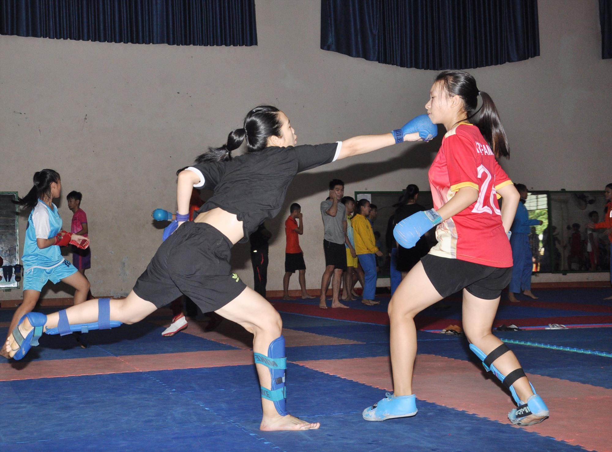 Các vận động viên đội tuyển Karatedo tập luyện trong điều kiện thiếu thốn trang thiết bị và chật chội. Ảnh: T.V