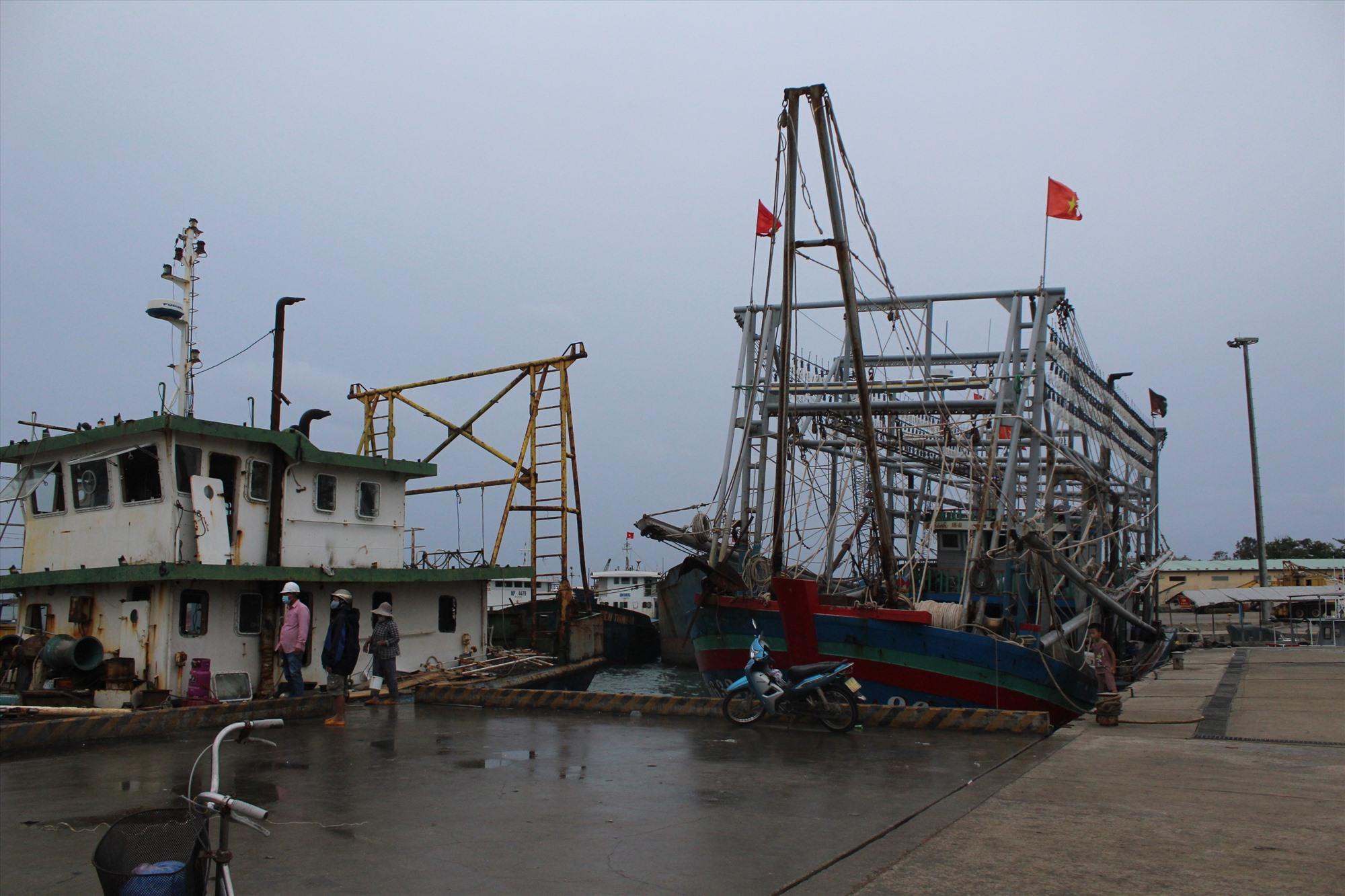 Tàu cá cập bến Tam Quang tránh bão chiều 10.9. Ảnh: VĂN PHIN