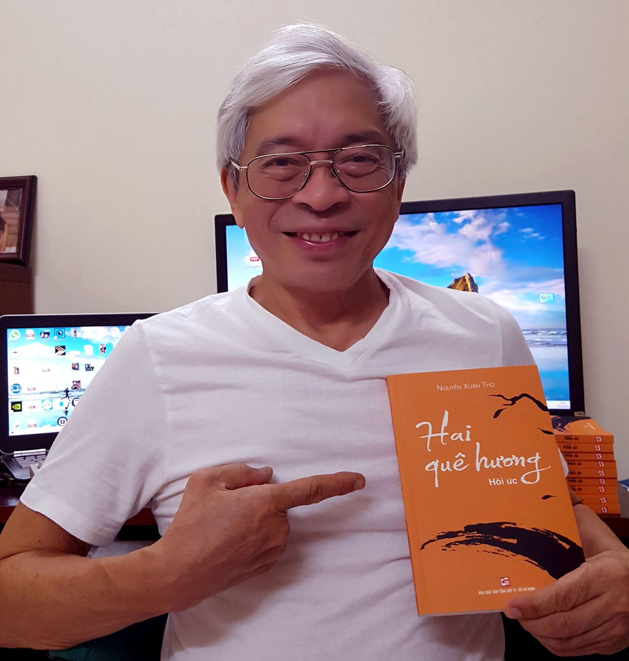 """Tác giả Nguyễn Xuân Thọ với cuốn hồi ức """"Hai quê hương""""."""