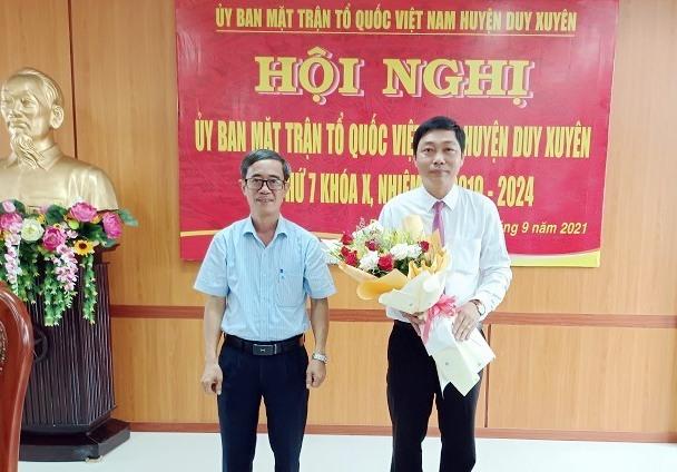 Lãnh đạo huyện Duy Xuyên tặng hoa chúc mừng tân Chủ tịch Ủy ban mặt trận tổ quốc Việt Nam huyện
