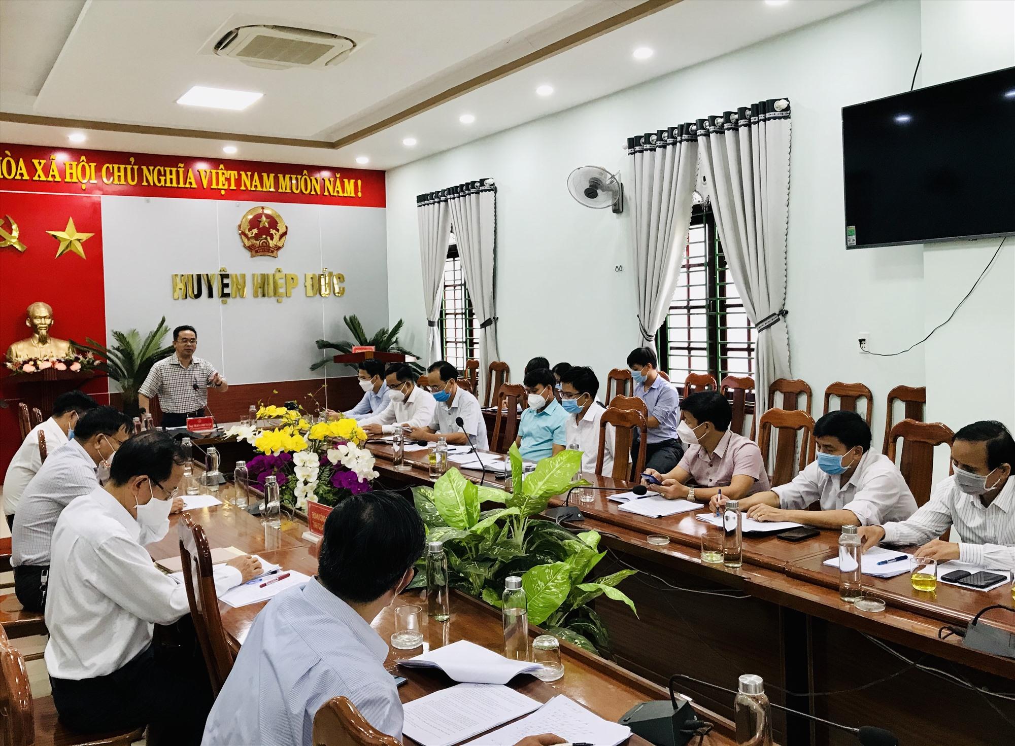 Phó Chủ tịch UBND tỉnh Trần Anh Tuấn phát biểu chỉ đạo tại cuộc làm việc.   Ảnh: S.A