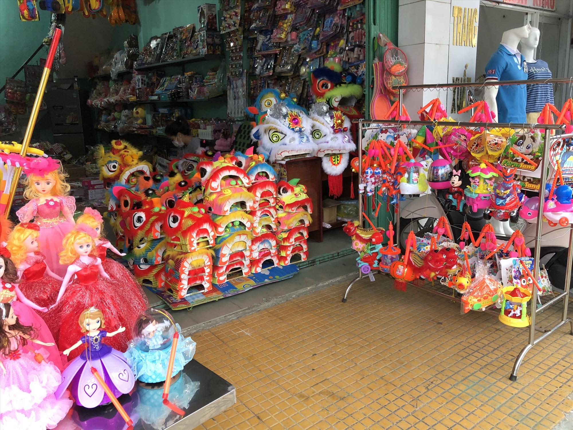 Các mặt hàng đồ chơi Trung thu được bày bán tại cửa hàng Subeo (đường Phan Châu Trinh, TP. Tam Kỳ). Ảnh: KL