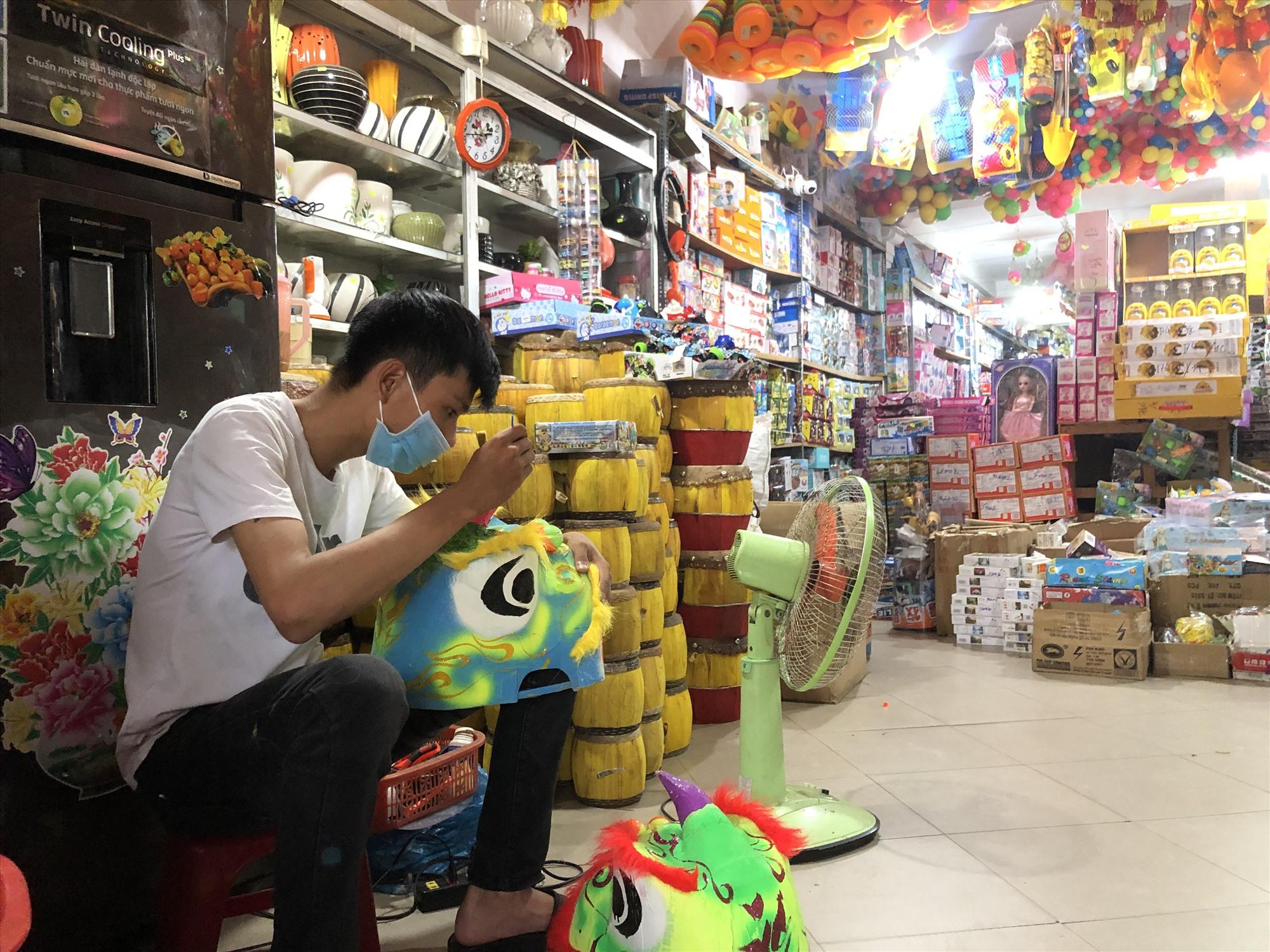 Cửa hàng Huy Hiền (đường Trần Cao Vân, TP. Tam Kỳ) chỉ nhập về những sản phẩm giá rẻ để phục vụ nhu cầu vui chơi tại nhà cho trẻ em. Ảnh: KL