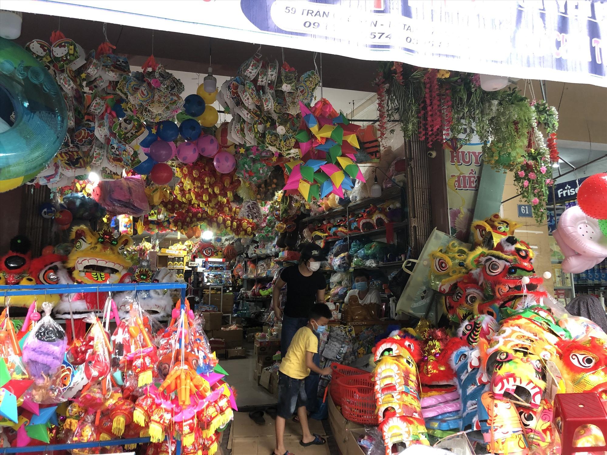 Lượng người đến mua đồ chơi Trung thu tại cửa hàng Huy Hiền chỉ đếm trên đầu ngón tay. Ảnh: KL