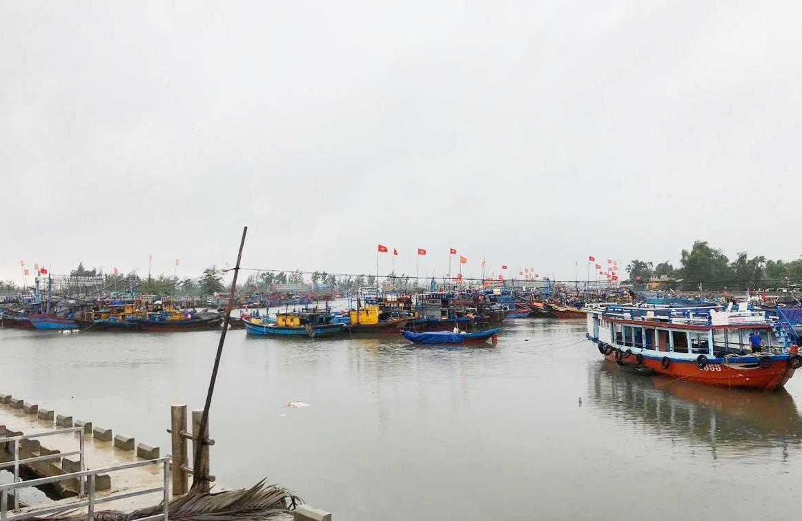 Tàu thuyền vào bờ tránh bão tại Quảng Nam. Ảnh: Q.T