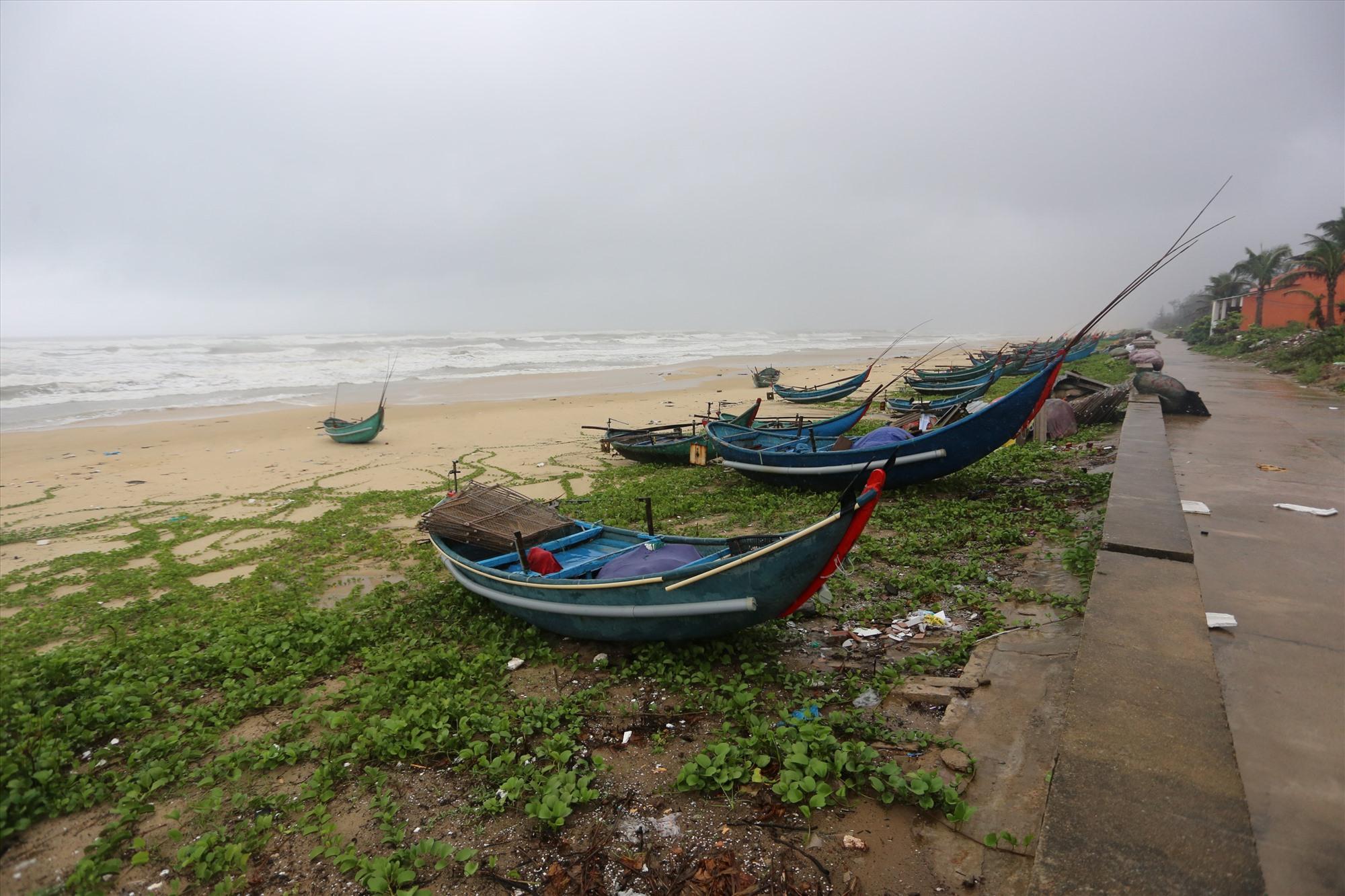 Thuyền đã được ngư dân xã Tam Thanh kéo lên bờ. Ảnh: H.Đ