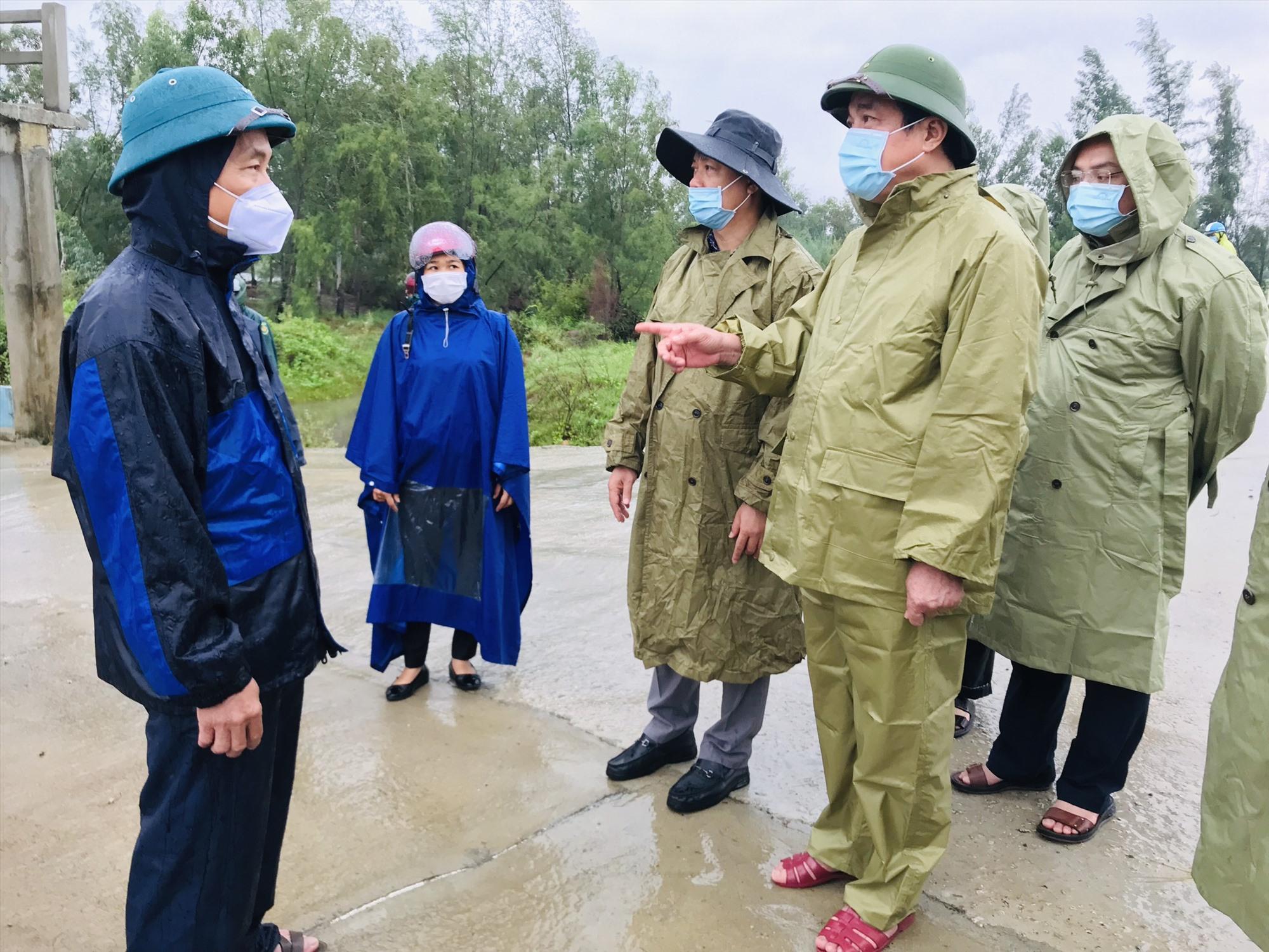 Bí thư Tỉnh ủy Phan Việt Cường kiểm tra công tác ứng phó bão số 5 tại âu thuyền Hồng Triều (Duy Xuyên). Ảnh: Q.T