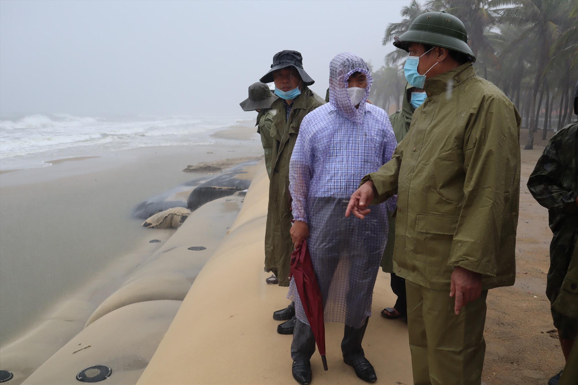Lãnh đạo tỉnh kiểm tra kè biển Cửa Đại. Ảnh: Q.T