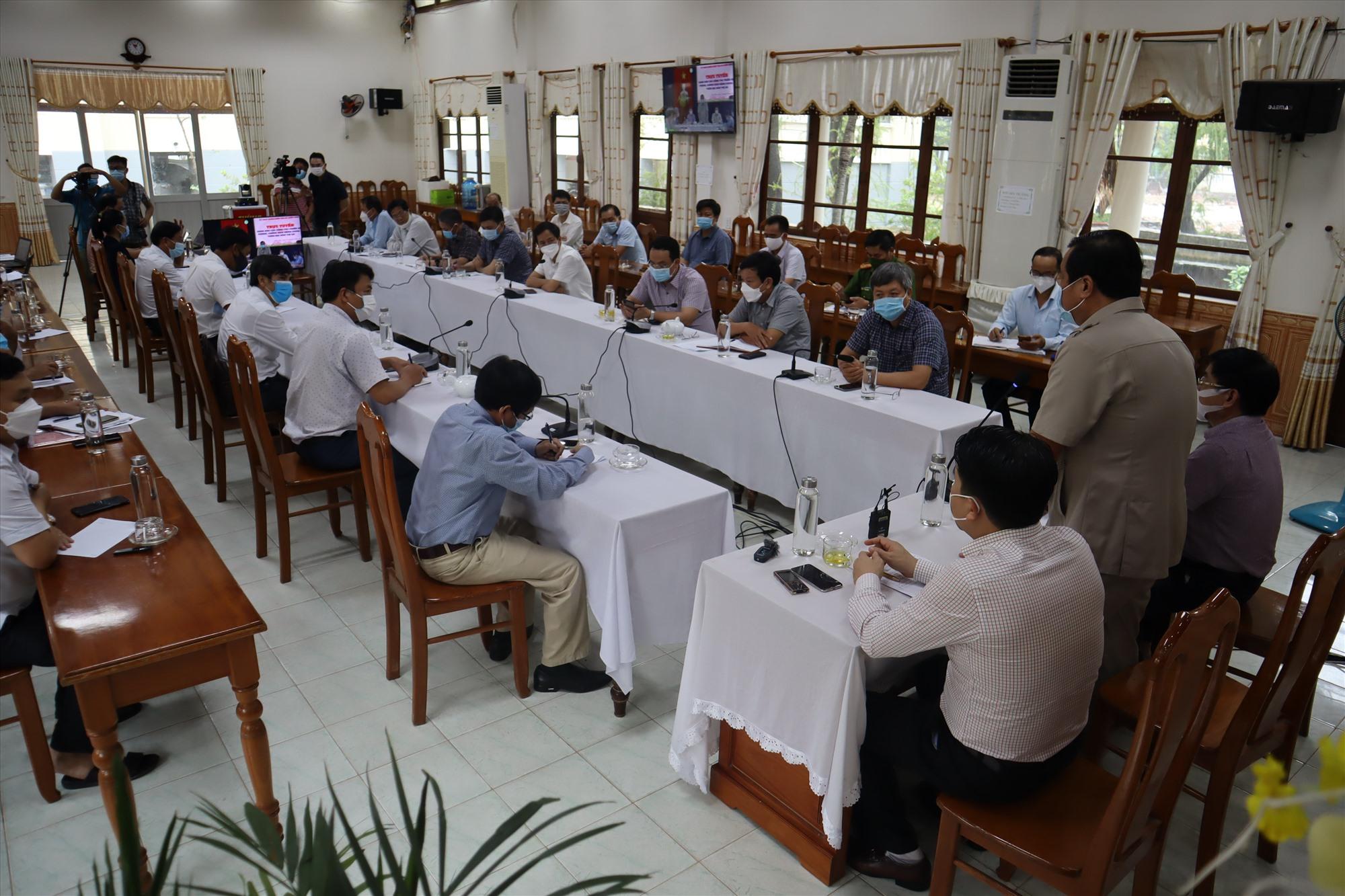 Bí thư Tỉnh ủy Phan Việt Cường chủ trì buổi làm việc về ứng phó bão và công tác dập dịch Covid-19 ở Điện Bàn. Ảnh: Q.T