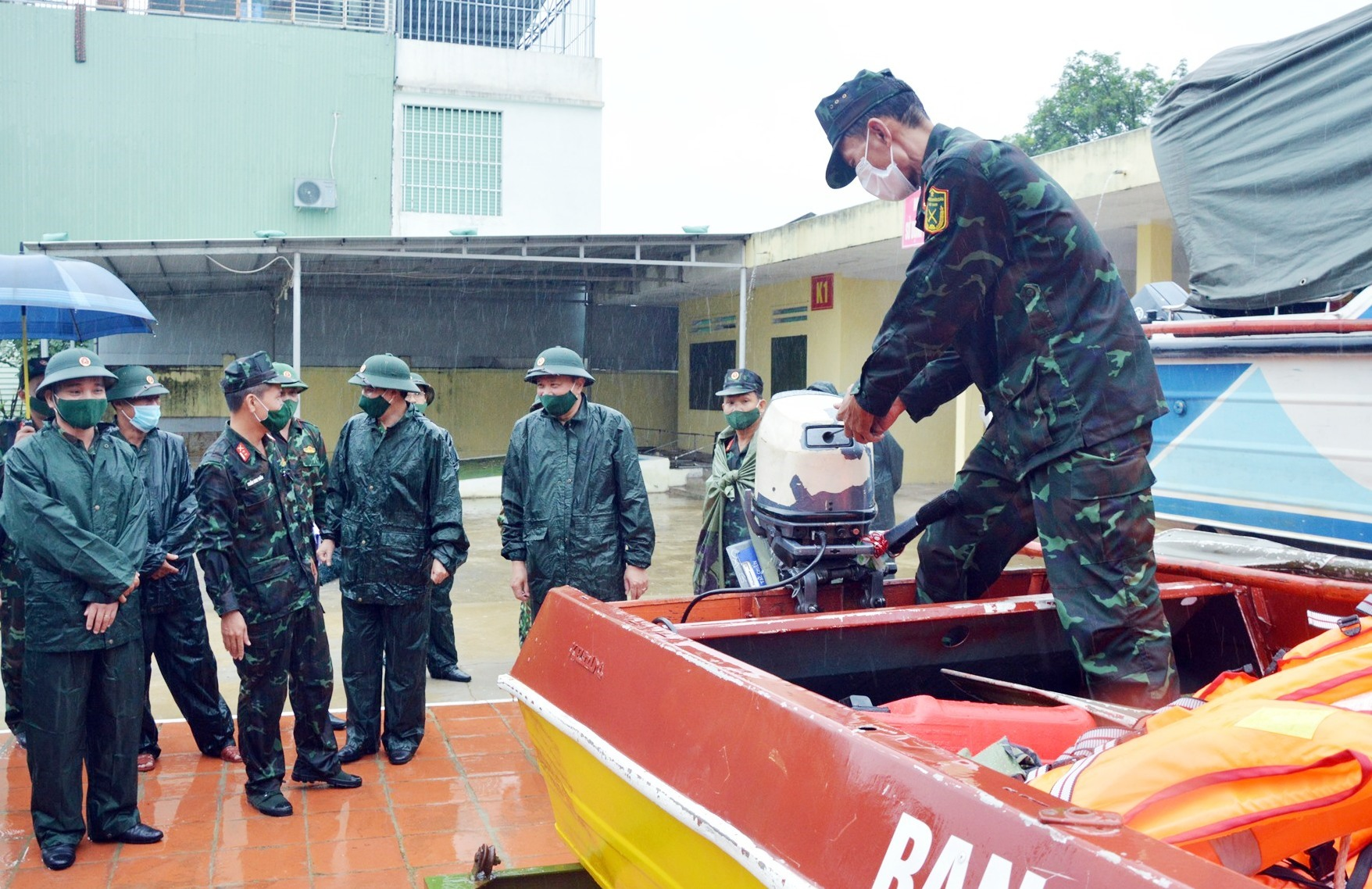 Kiểm tra phuong tiện phòng chống bão số 5.