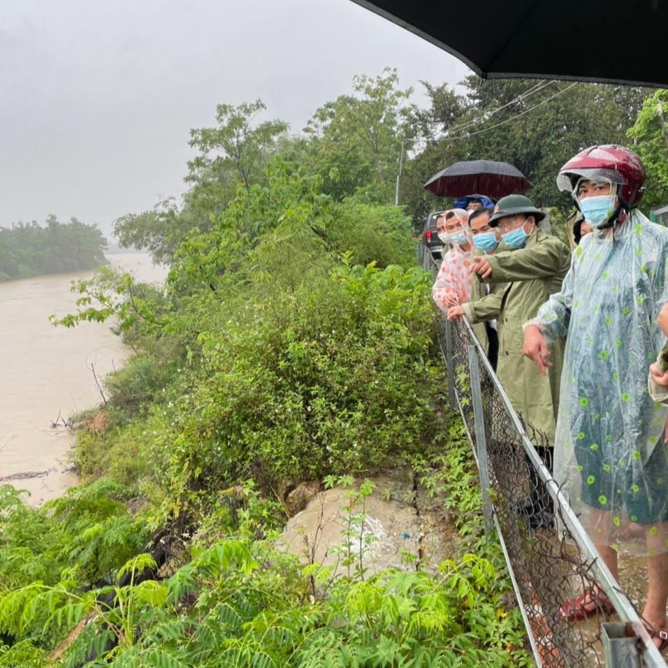 Kiểm tra thực tế khu vực sạt lở trước bão Conson. Ảnh: H.L