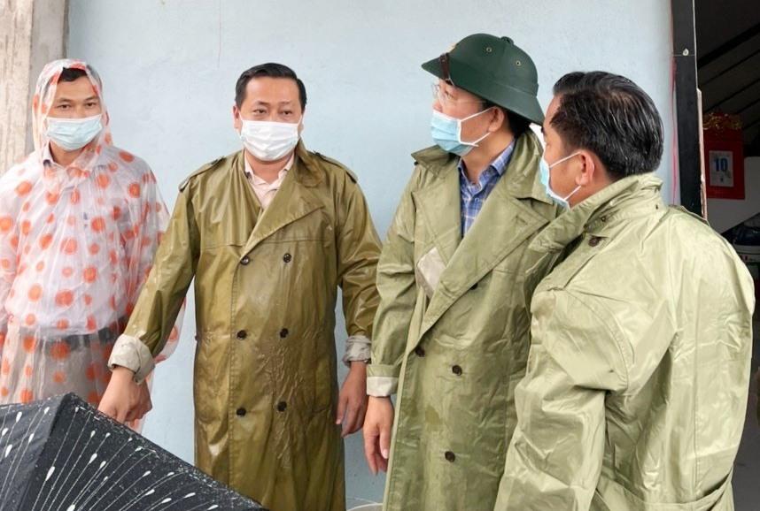 Chủ tịch UBND tỉnh Lê Trí Thanh khảo sát tại nhà dân ở Đại Lộc. Ảnh: N.D