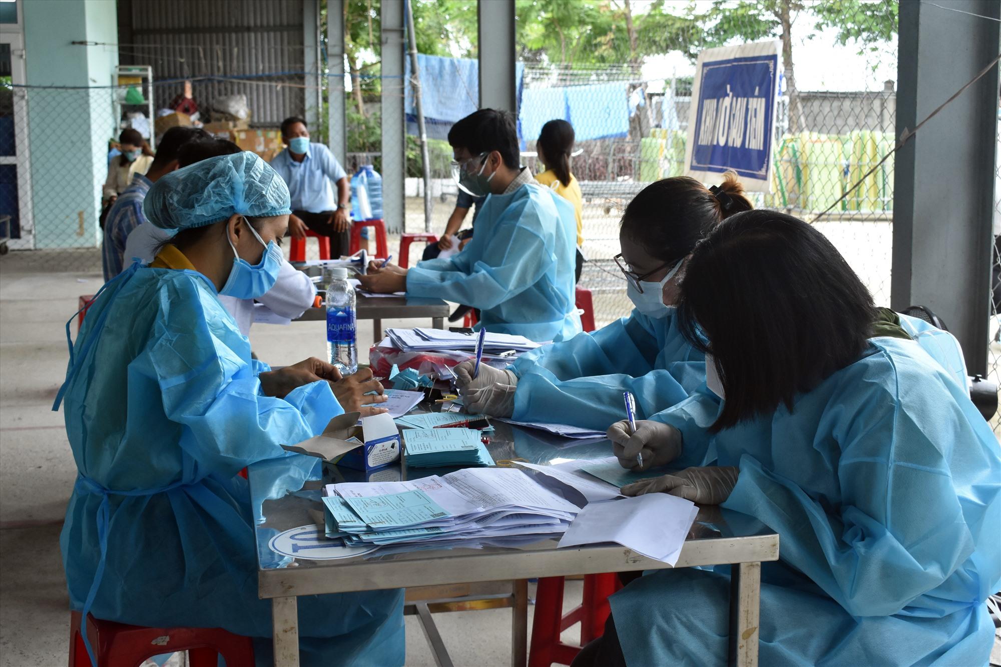 Việc khai báo y tế, xét nghiệm sàng lọc đang được các xã, phường Điện Bàn triển khai khẩn trương
