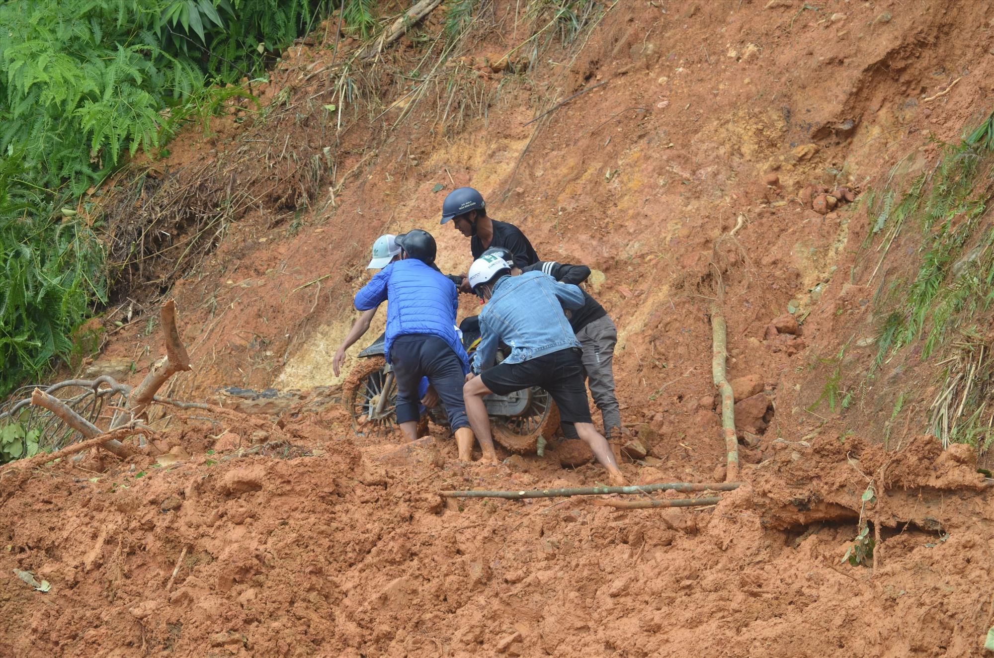 Sơ tán dân ra khỏi vùng nguy hiểm trước 17 giờ chiếu 11.9 và đề phòng sạt lở đất ở miền núi. Ảnh: H.P