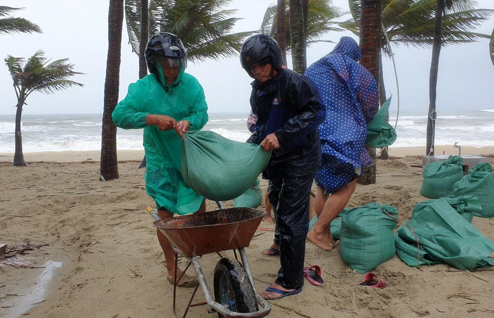 Chính quyền đã huy động lực lượng gia cố kè biển Cửa Đại. Ảnh: T.B