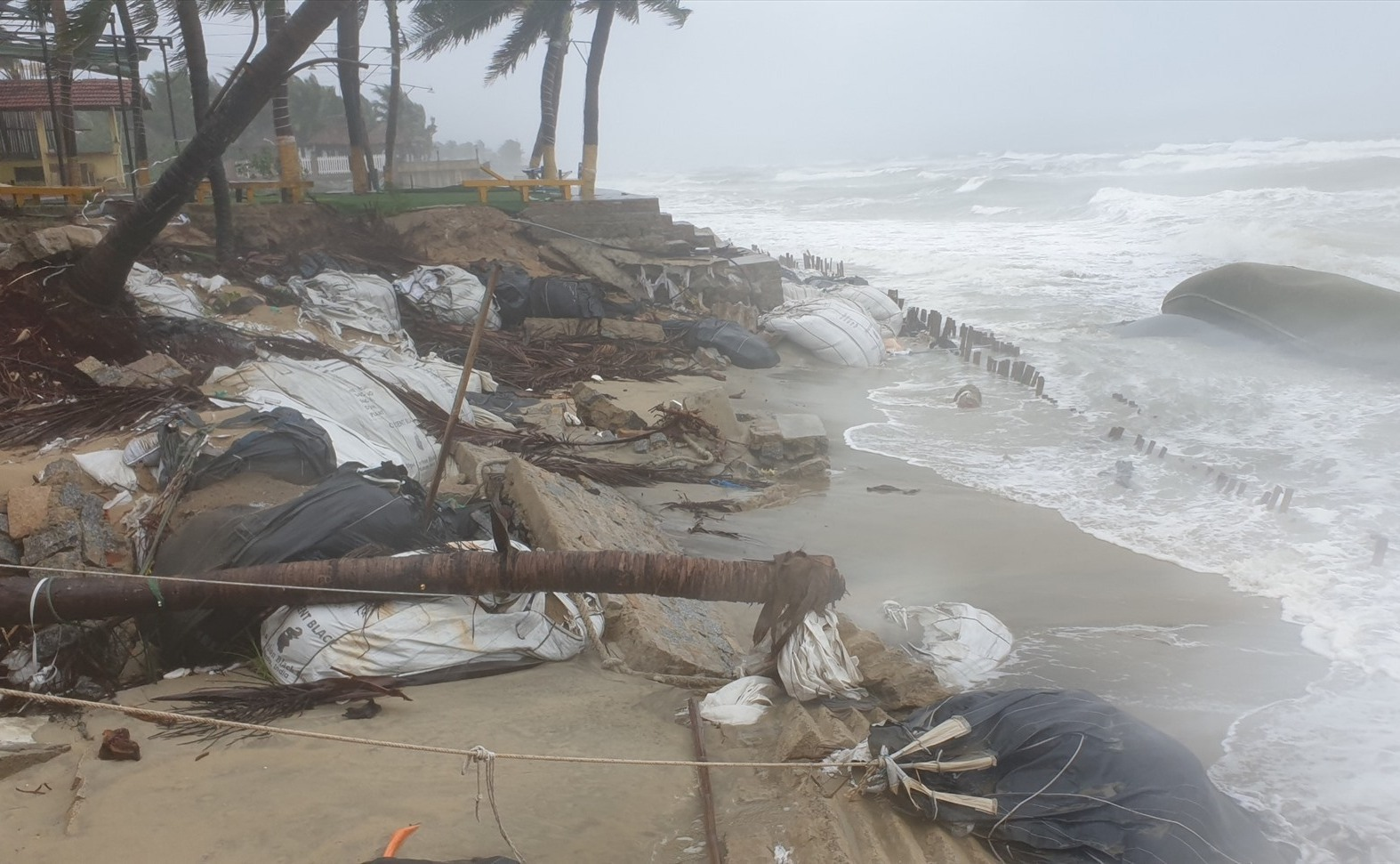 Bờ biển Cửa Đại bị xâm thực mạnh do mưa bão sáng nay 11.9. Ảnh: T.B
