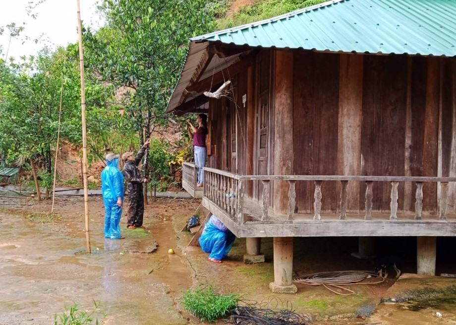 Chính quyền miền núi hỗ trợ người dân chằng chống nhà cửa trước mưa bão. Ảnh: S.M