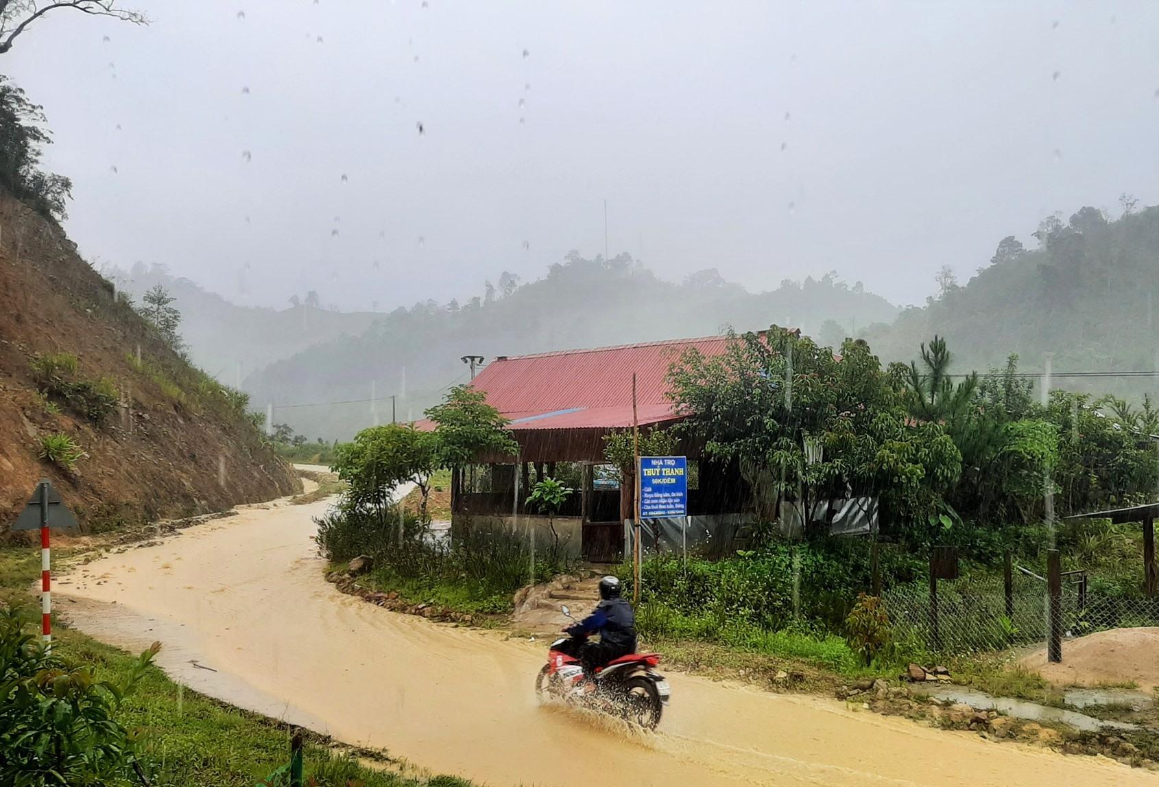 Nhiều tuyến đường về khu dân cư miền núi Tây Giang xuất hiện dòng nước lũ. Ảnh: TÈO LANG