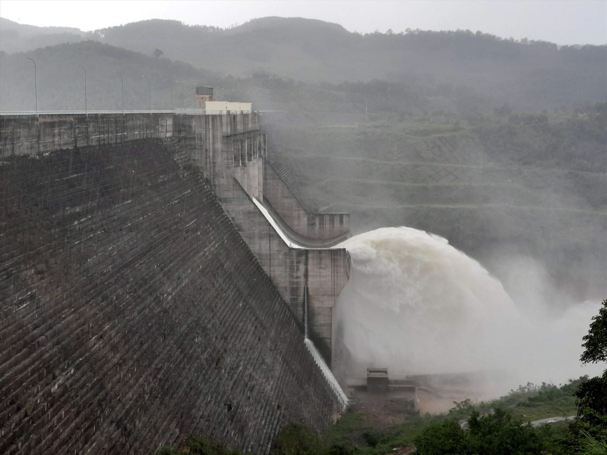 Vận hành hồ chứa thủy điện Sông Tranh 3 để duy trì mực nước hồ dưới cao trình mực nước dâng bình thường 71,5m. Ảnh: H.Đ