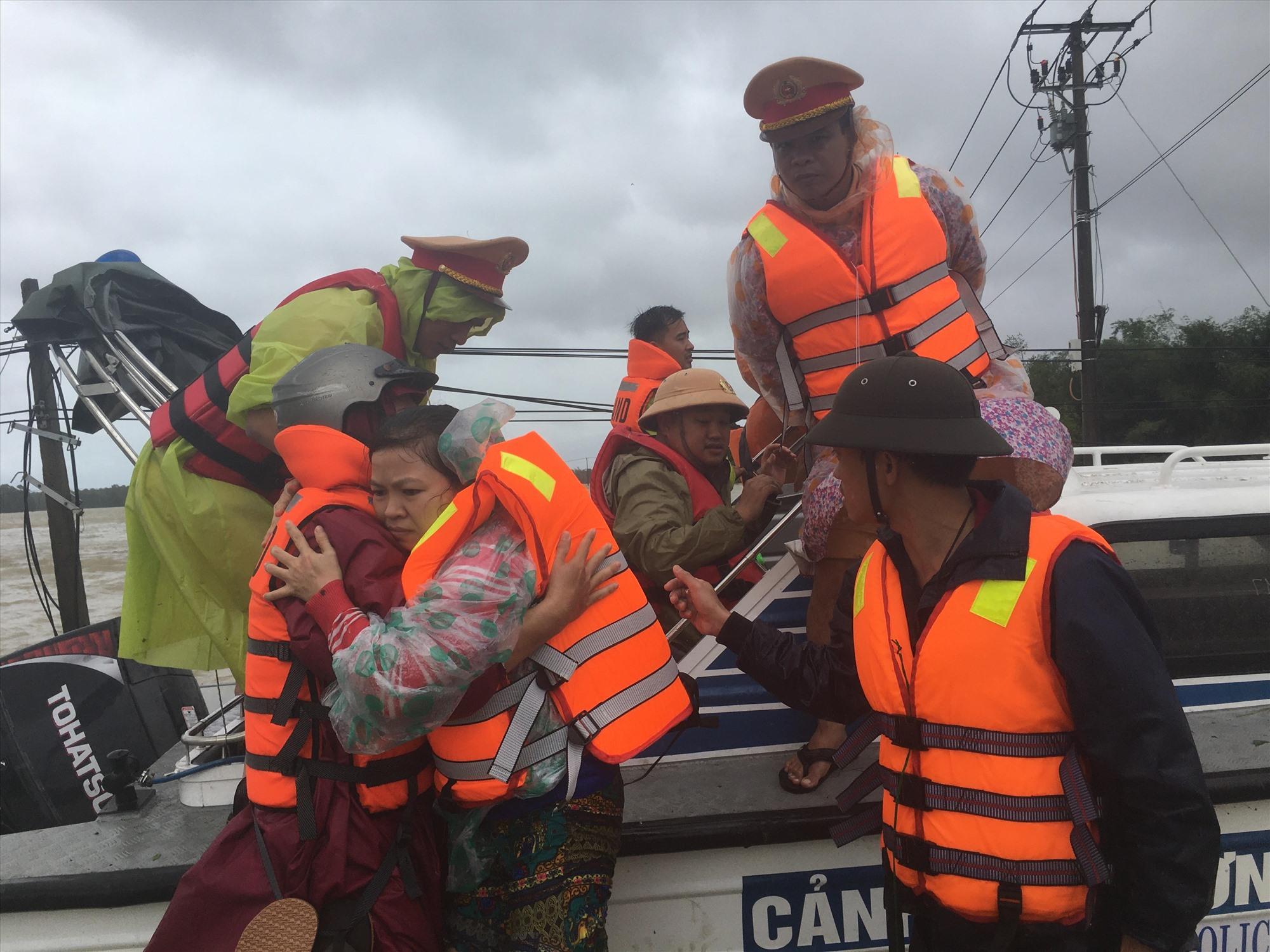 Các lực lượng công an, quân đội và xung kích huyện Phú Ninh sẵn sàng di dời người dân trong tình huống khẩn cấp. Ảnh: C.Đ