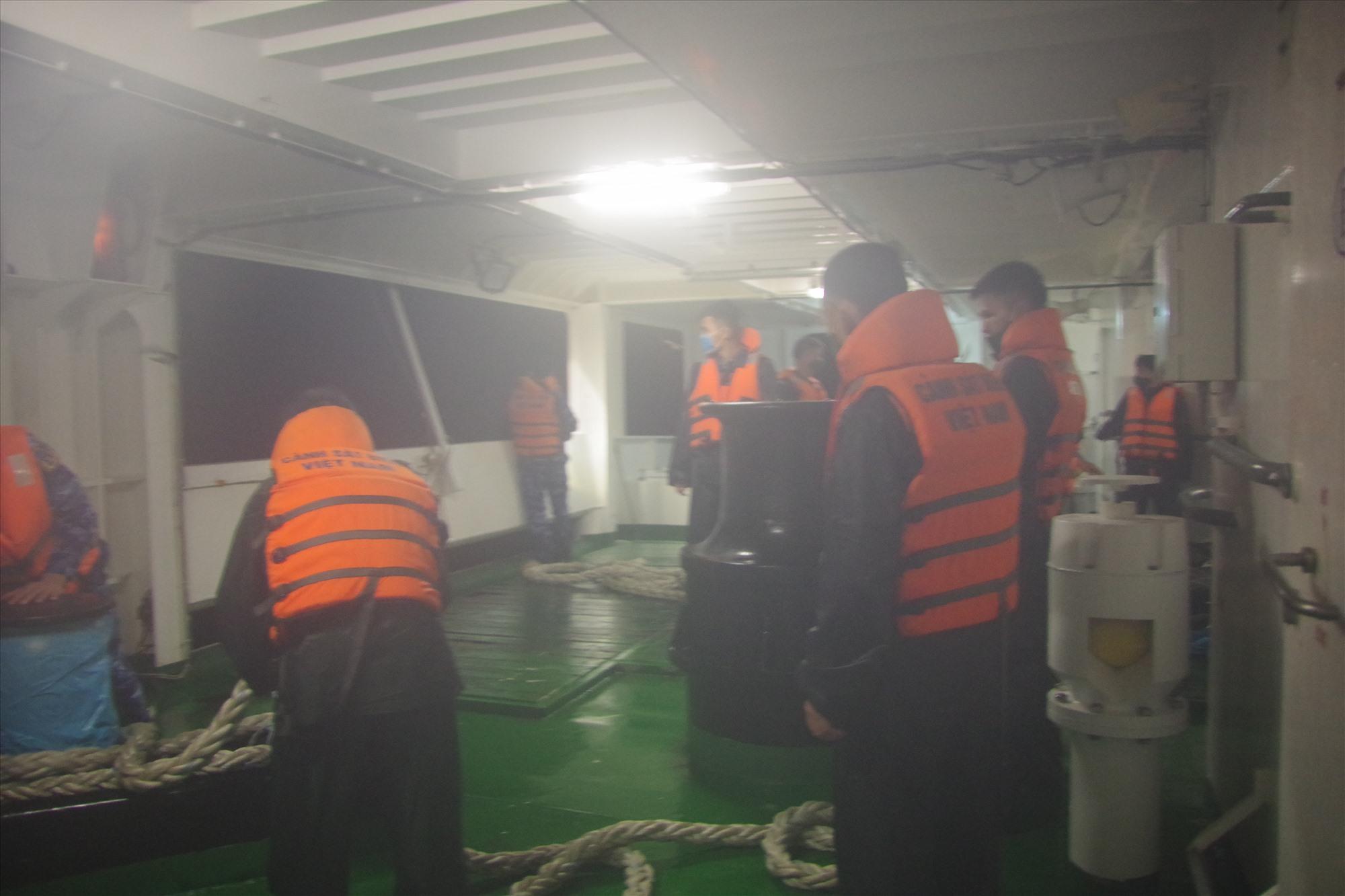 Cán bộ chiến sĩ tàu CSB 8002 tiến hành lai dắt tàu ĐNa -0494 và tàu cá ngư dân vào bờ