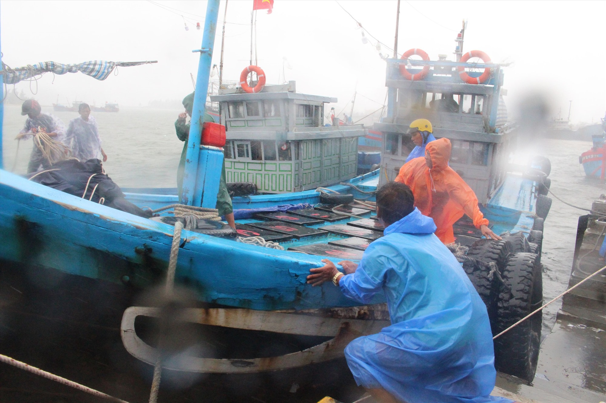 Ngư dân Núi Thành neo buộc tàu thuyền tránh bão chiều 11.9. Ảnh: M.C