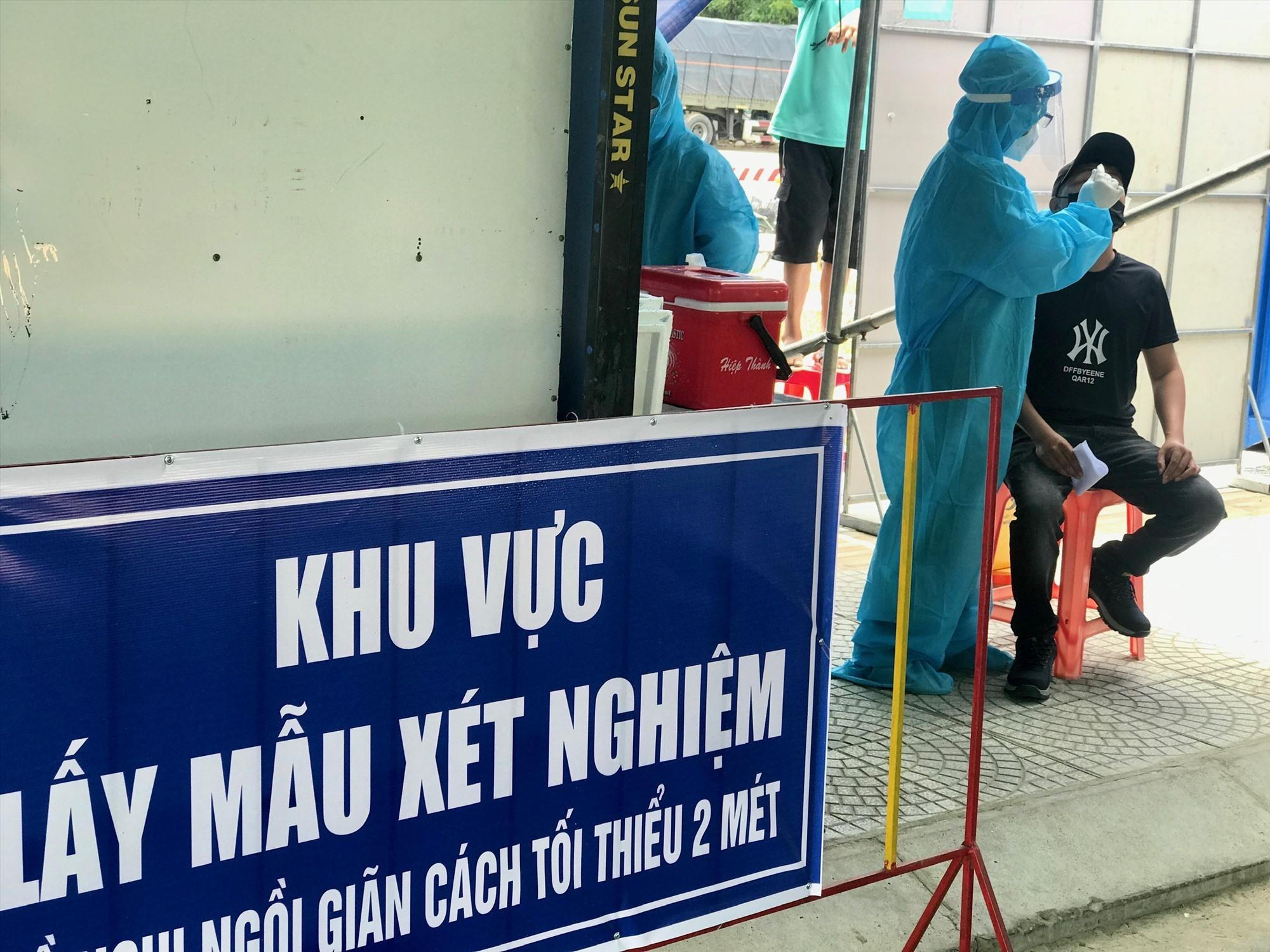 TTYT thị xã Điện Bàn lấy mẫu cho người dân. Ảnh: T.T