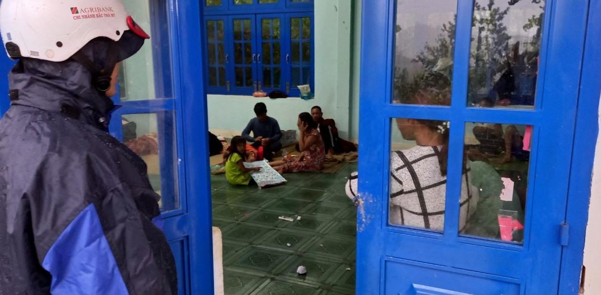 Các hộ dân thôn 4 (cũ) của xã Trà Ka được đưa về điểm trường tiểu học thôn để tránh trú bão lũ tối ngày 11.9. Ảnh: N.B
