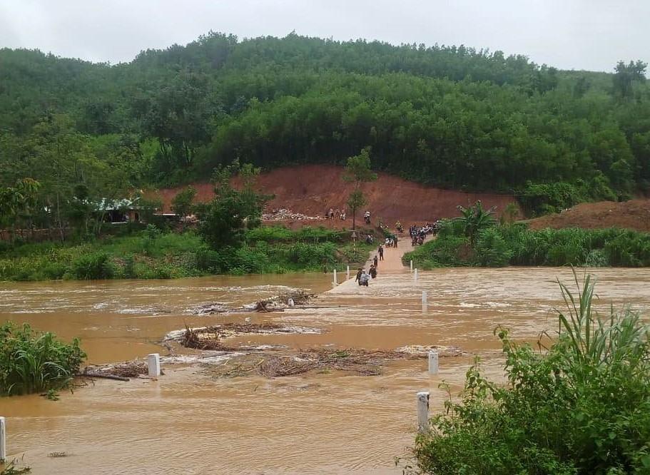 Đoạn tràn Ba Nga nối xã Jơ Ngây với Kà Dăng bị nước lũ ngập sâu khoảng 1m. Ảnh: CTV