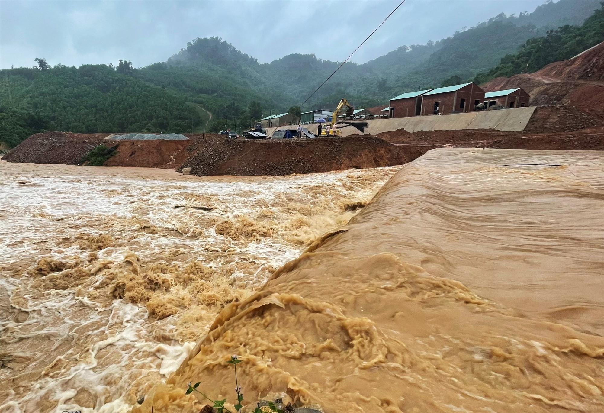Đến sáng nay 12.9, nhiều điểm dân cư các xã Phước Kim, Phước Lộc vẫn còn bị lũ cô lập. Ảnh: CTV