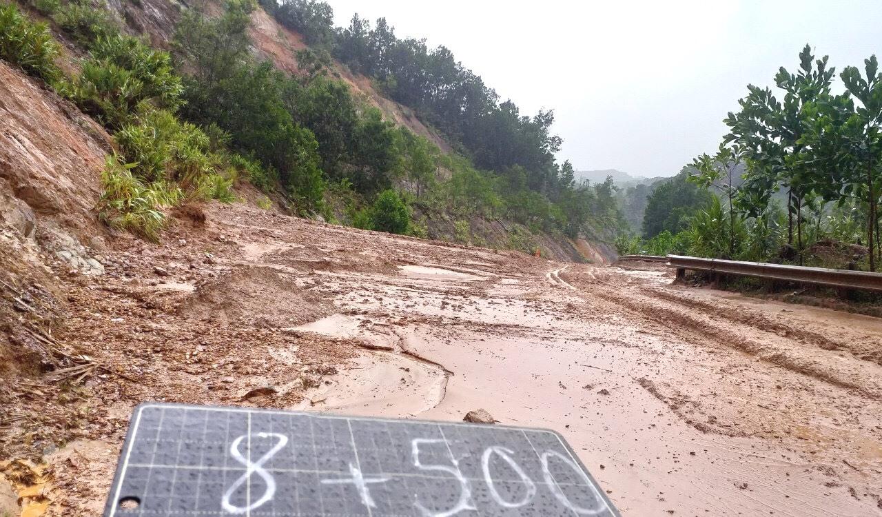 Đất sạt lở tràn xuống mặt đường ĐT606, đoạn qua xã A Tiêng (Tây Giang). Ảnh: CT